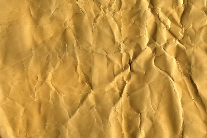 沢山の皺の入ったキャメル色の紙