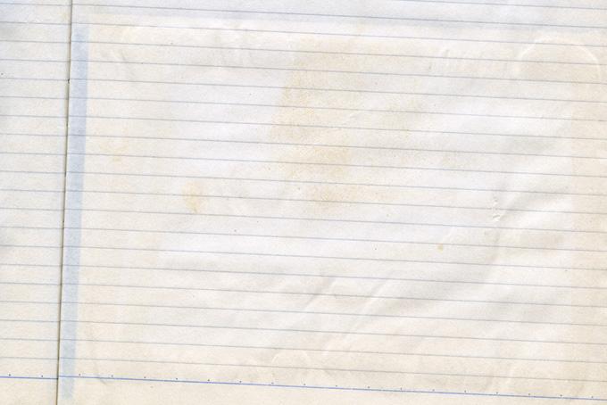 シミや汚れのある紙のノート