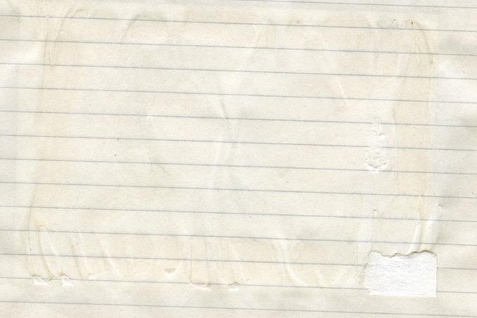 写真を剥がした跡のある古いノート