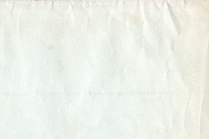 しわやシミがある白い紙