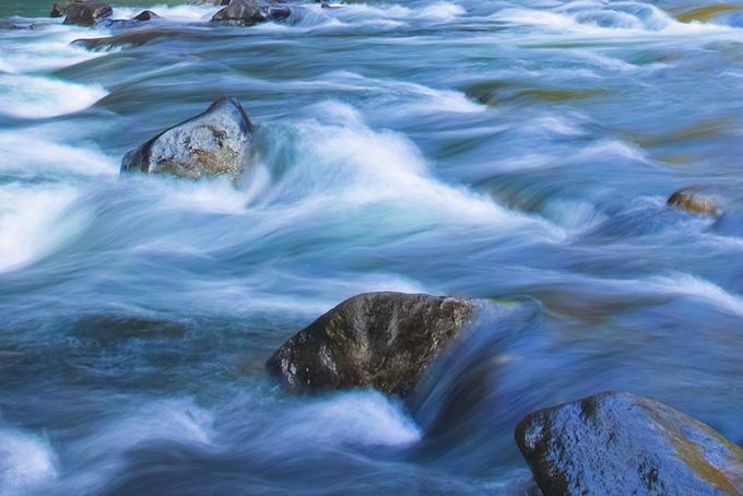 水が綺麗な川の流れの背景
