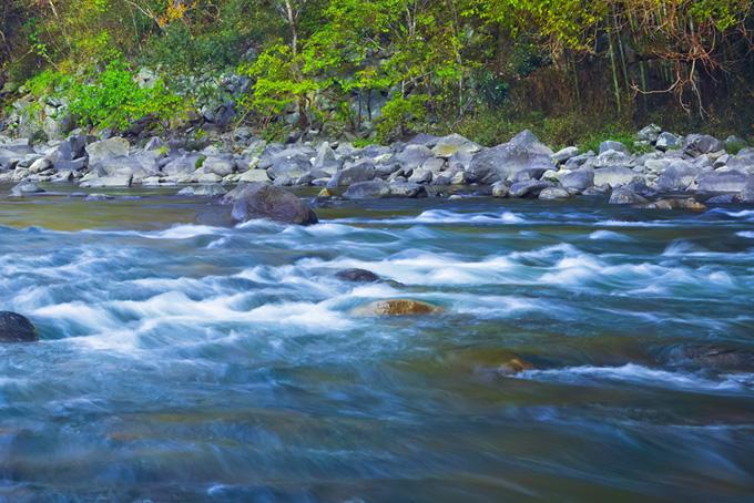 青い豊かな水が流れる清流