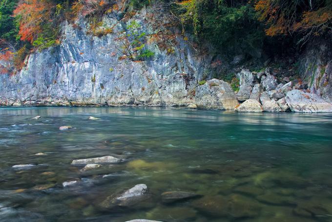 秋の渓谷を流れる美しい水