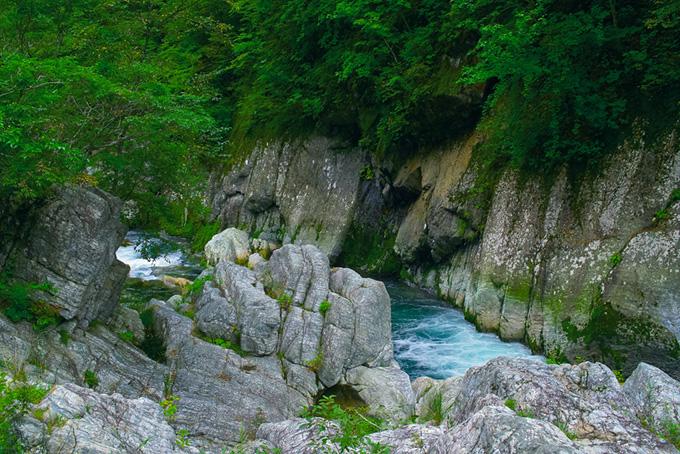 深い谷を流れる清らかな水