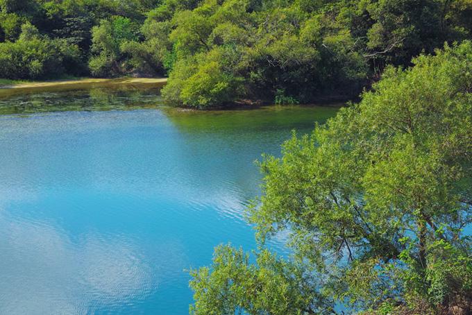 青空を映すスカイブルーの湖面