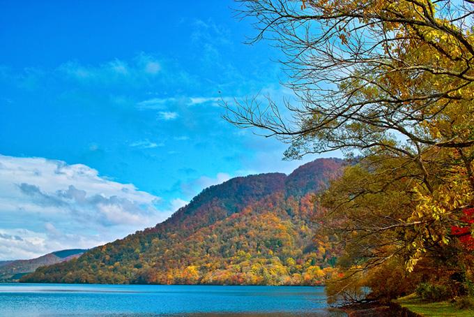 川・湖(紅葉 風景のフリー画像)