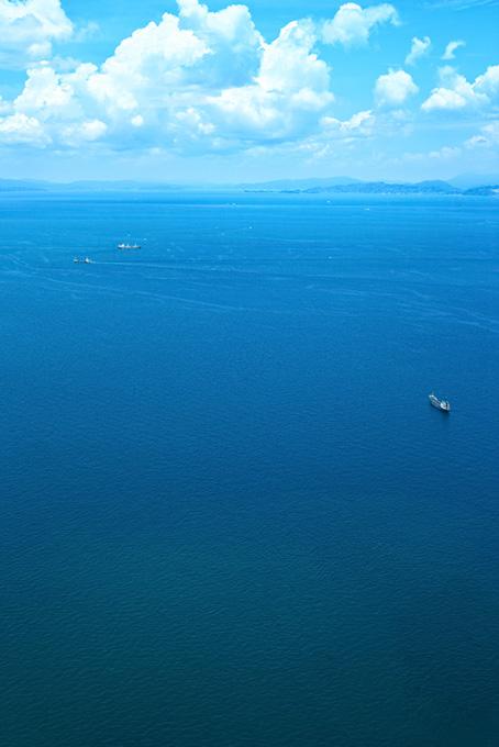 夏の青空の下を進む船