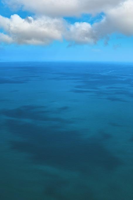 エメラルドグリーンの海面