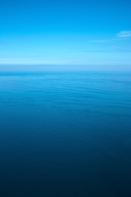 静かな海と滲む水平線