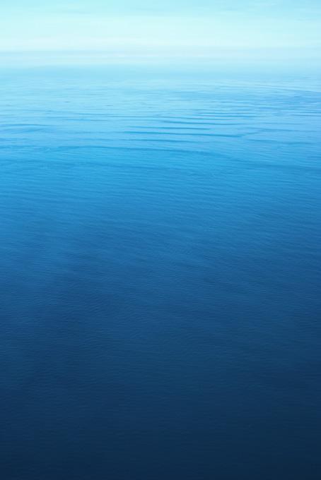 広大な海の向こうの光