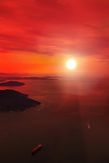 夕日を浴びる瀬戸内の海