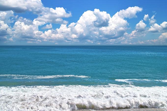 夏の海と入道雲の空