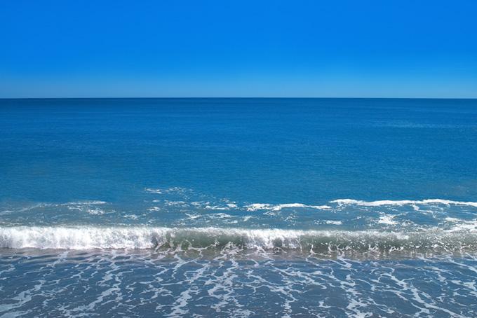 蒼い海の波打ち際