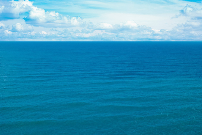 穏やかな波の綺麗な海