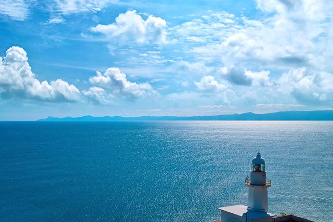 灯台から見える海と半島