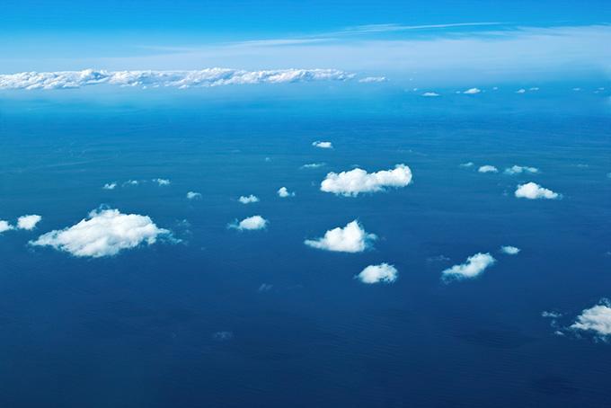 雲の下に広がる雄大な海