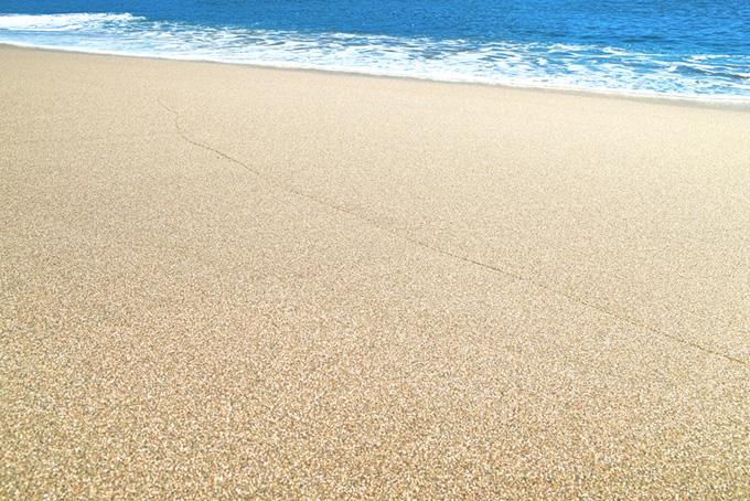 静かな砂浜の波打際