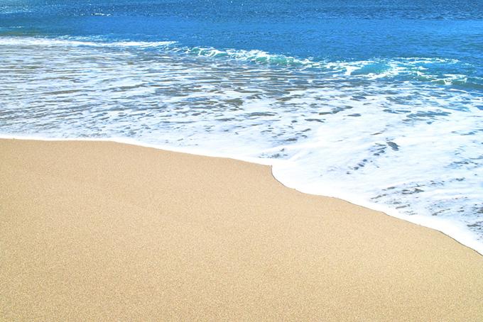 波が押し寄せるビーチ