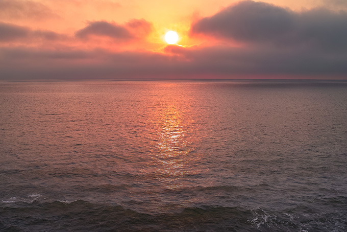 朝日が登る夜明けの海