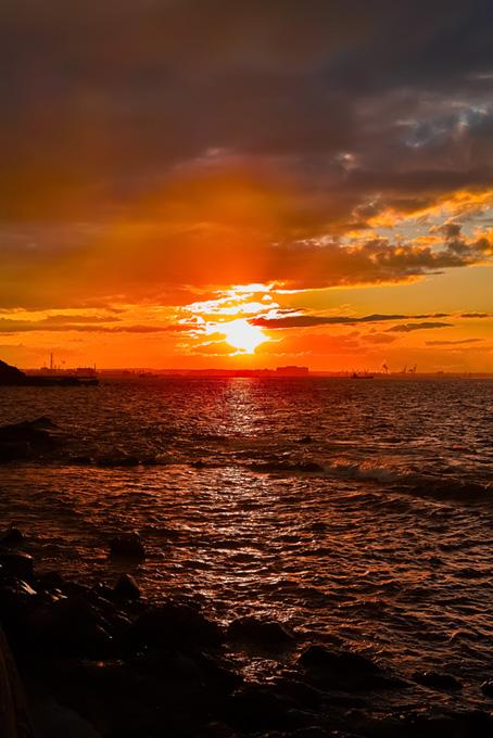 夕日が沈む臨海の町