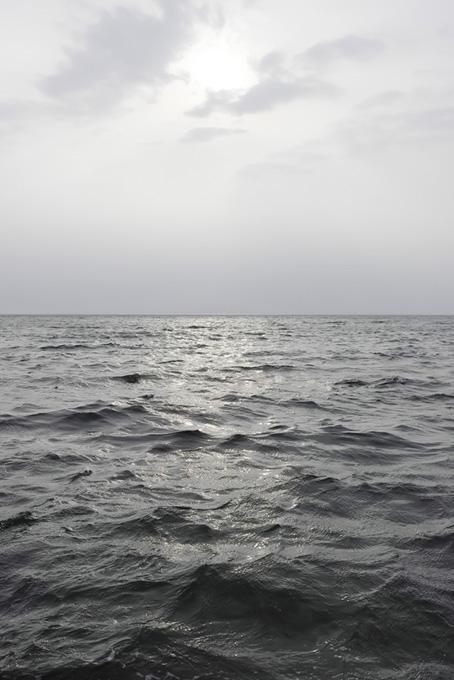 黒い海を照らす太陽