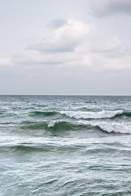 荒波が立つ灰色の海