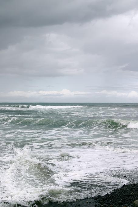 荒い波が押し寄せる浜