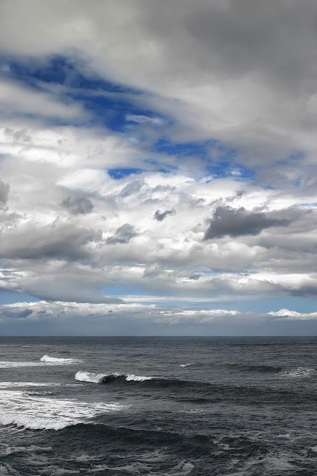 風の強い冬の海辺