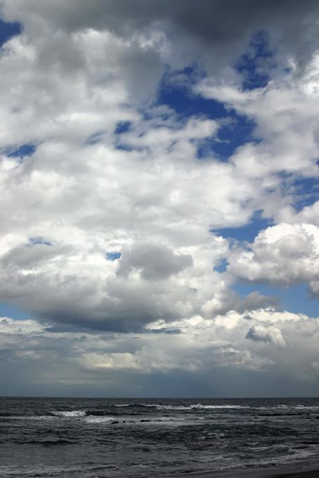 水平線の上の大きな雲