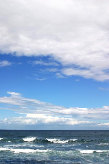 夏の青空と波立つ海