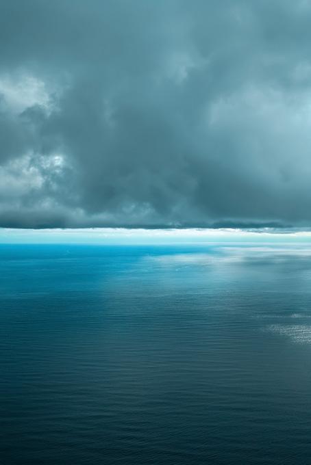 水平線と灰色の雲