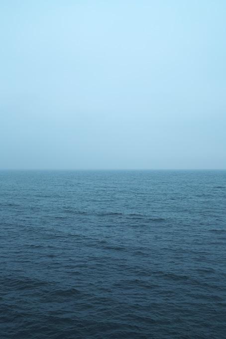 薄曇りの空と暗い海