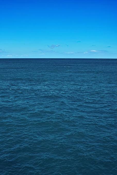 紺碧の海面と青空の画像