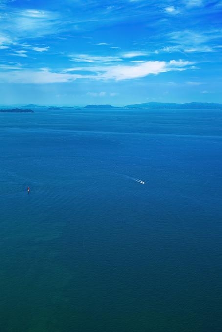夏の海と遠くに見える島々の画像