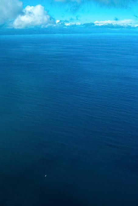 濃紺の海を漂う小さな船
