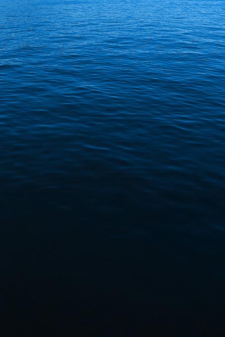 ディープブルーの海面