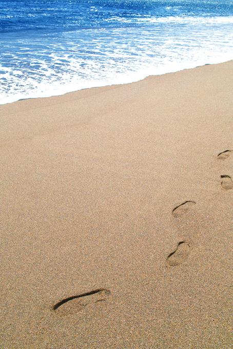 波打ち際の砂浜と足跡