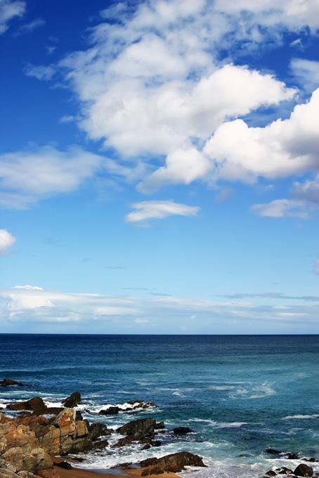 海沿いの岩場の画像
