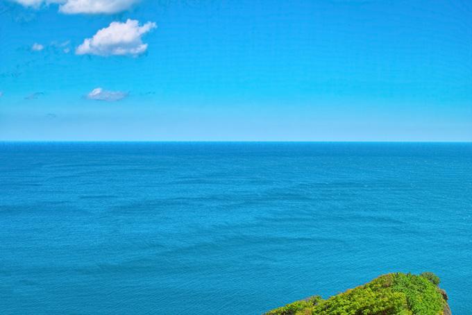 海と空と突き出た岬