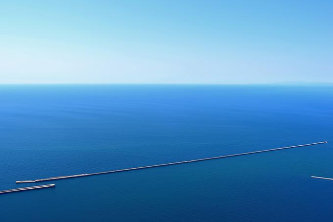 海に跨る長い防波堤