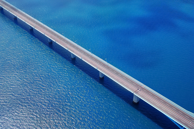 青い海の上に架かる橋