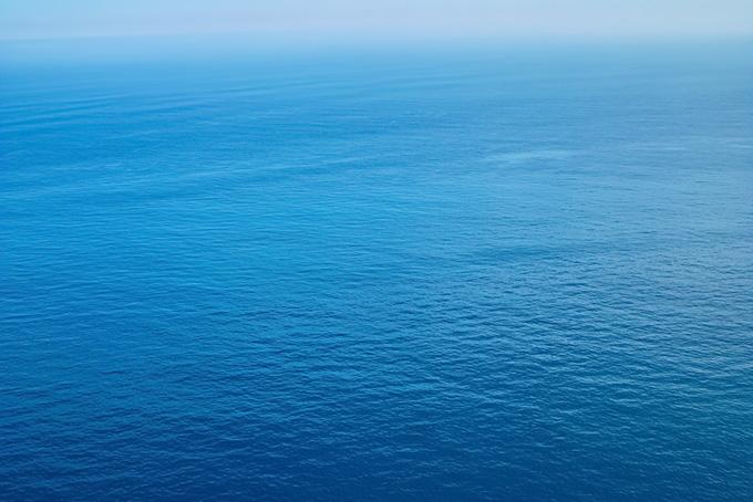 静かな青い海面