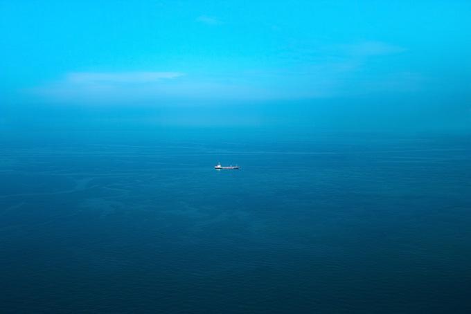 穏やかな海と一隻の船