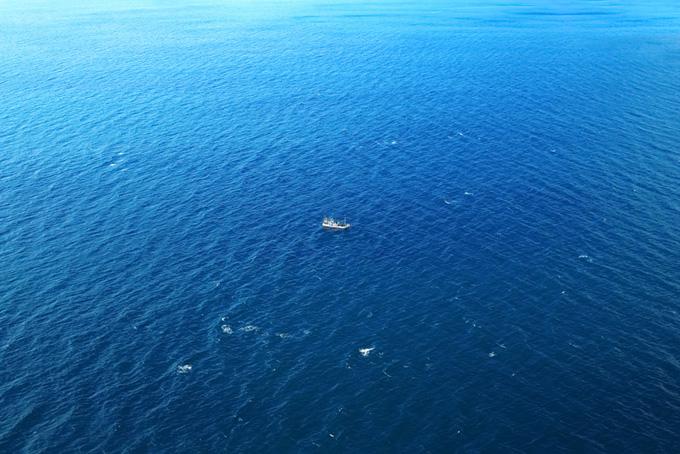 風に波立つ海を進む船
