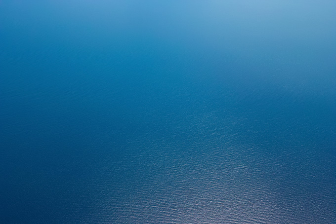 光を反射する紺碧の海