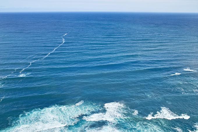 波と潮目と水平線