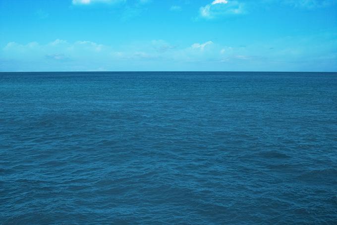 青空と穏やかな青い海
