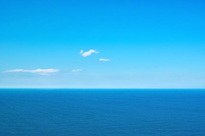 水平線の上の雲