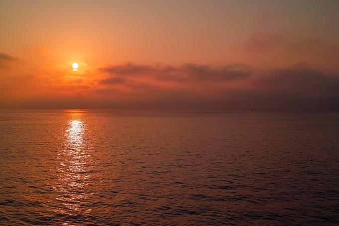 海を照らす赤い夕日