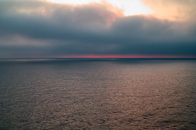 水面が輝く夕暮れの海